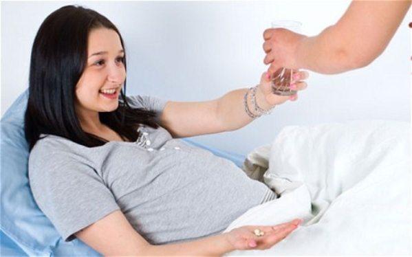 Bà bầu nên uống canxi nước hay viên hiệu quả hơn?
