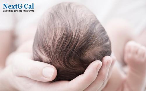 Trẻ sơ sinh rụng tóc có sao không