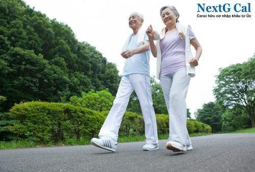 Bị viêm khớp gối có nên đi bộ không