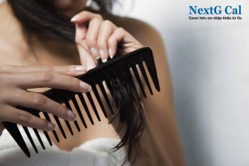 Mẹ sau sinh bị rụng tóc phải làm sao