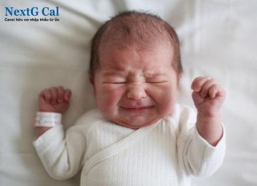 Tại sao trẻ sơ sinh vặn mình nhiều