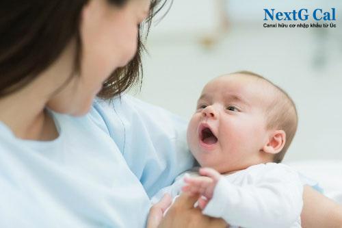Em bé sơ sinh bị nấc cụt phải làm sao