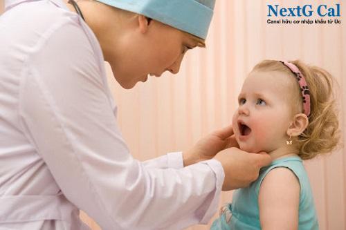 Trẻ mọc răng chậm có sao không