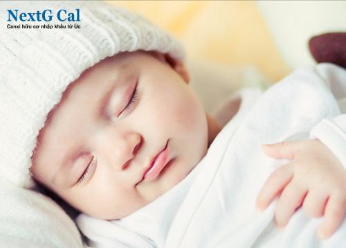 Trẻ sơ sinh khóc đêm nhiều có sao không