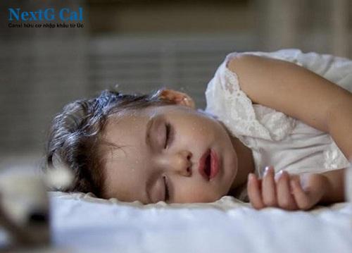 Vì sao trẻ đổ mồ hôi trộm khi ngủ