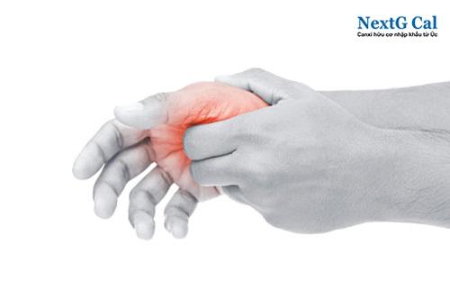 Dấu hiệu gãy xương bàn tay ngón áp út