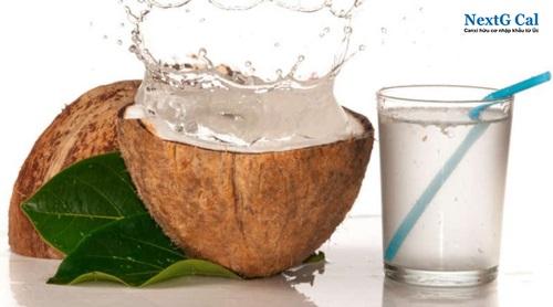 Uống canxi cùng nước dừa